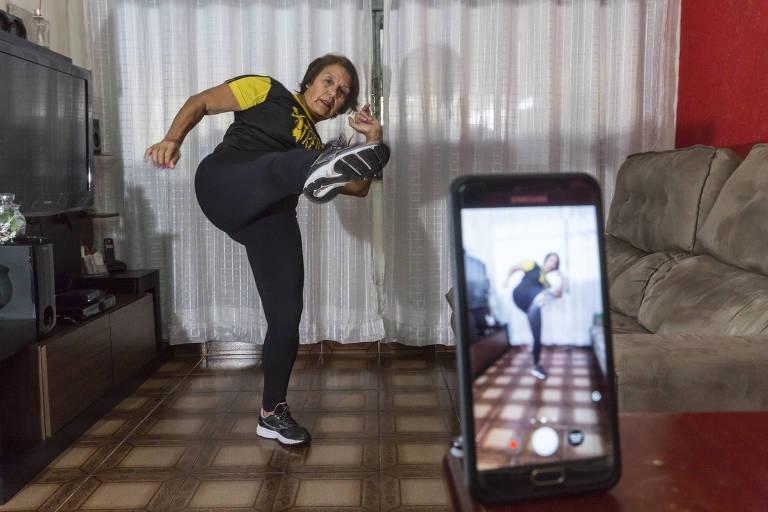 A educadora física Teresinha Alves de Jesus, 66 anos, está gravando vídeos com aulas de dança e alongamento durante a quarentena