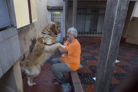 SAO PAULO, SP, BRASIL. 26.03.2020 - COVID 19 -  Dicas para idosos em querentena. Gilberto Maichin morador da Saude que gosta de ficar em casa. (foto: Rubens Cavallari/Folhapress, NAS RUAS)