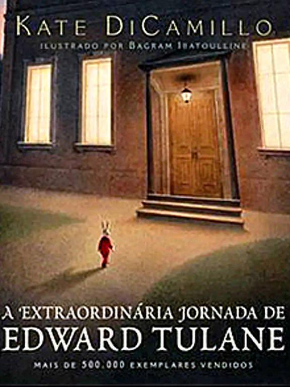 Capa mostra um pequeno rato, vestido com roupas vermelhas, se aproximando de uma enorme porta de madeira