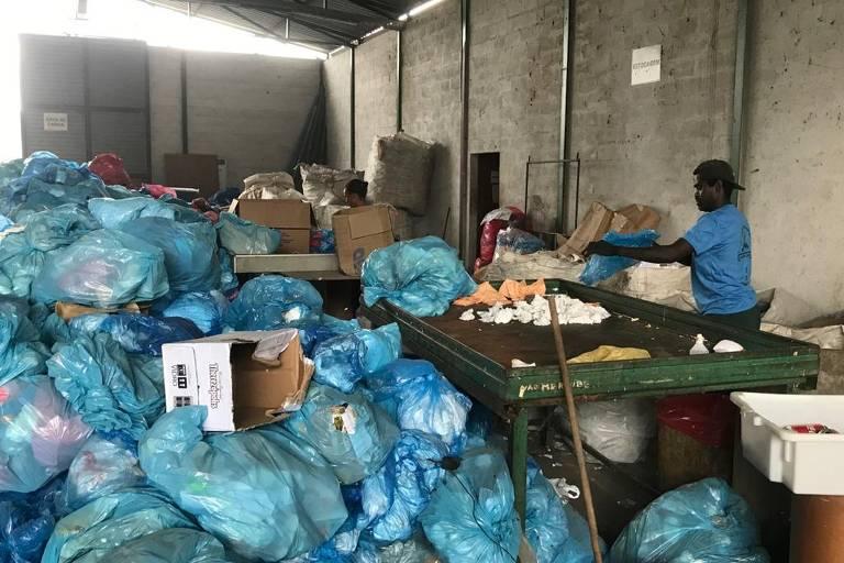 Cooperado na Coopercaxias, no polo de reciclagem do Jardim Gramacho, em Duque de Caxias (RJ)