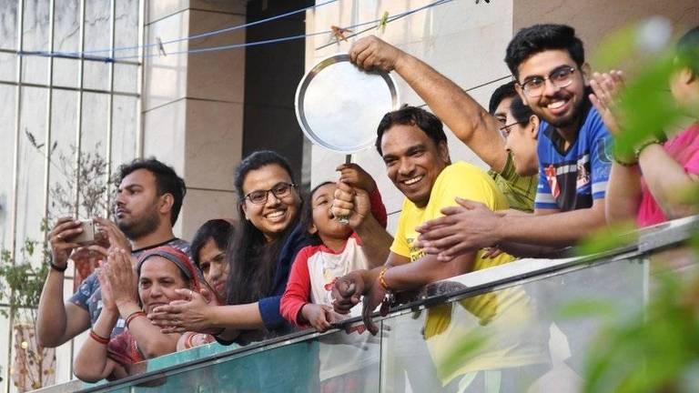 Na Índia, muitas pessoas foram às janelas para bater palmas como um sinal de respeito por profissionais de saúde