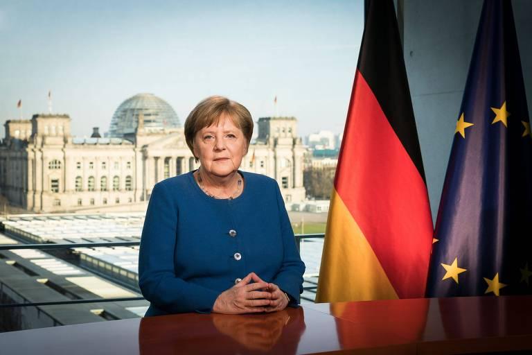 A chanceler alemã, Angela Merkel, posa para foto em estúdio de TV em que gravou pronunciamento exibido na TV