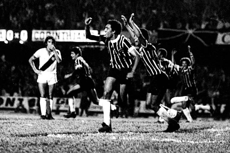Basílio comemora gol do Corinthians sobre a Ponte Preta na final do Paulista de 1977
