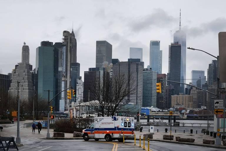 Ambulancia no bairro do Brooklyn, em Nova York