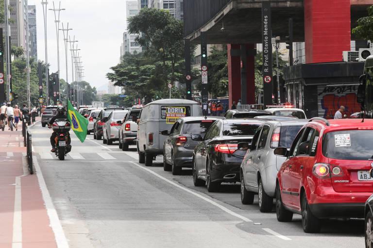Carros enfileirados na avenida paulista