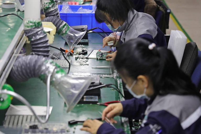 Trabalhadores fabricam respiradores em fábrica na China
