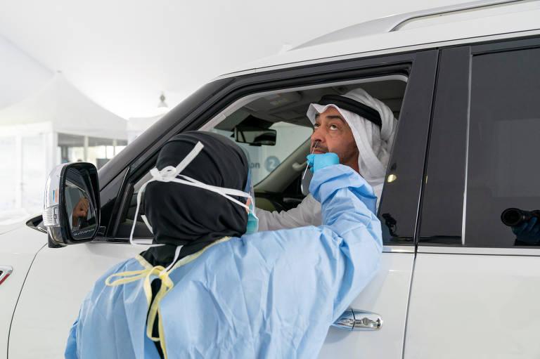 O xeque Mohammed bin Zayed al-Nahyan faz o teste para coronavírus em um centro móvel para testes em Abu Dhabi, nos Emirados Árabes Unidos