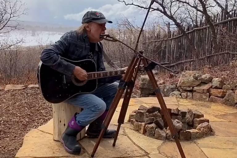 Neil Young canta raridades em seu rancho em lives de quarentena