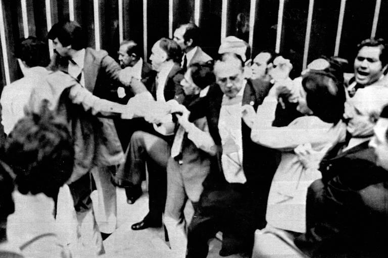 Tumulto na sessão do Congresso Nacional que definiu o adiamento das eleições, em setembro de 1980