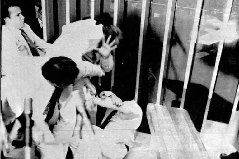 Tumulto no Congresso na sessão de 4 de setembro de 1980; deputado Joaquim Guerra no chão e deputado Gilson de Barros, com a mão espalmada
