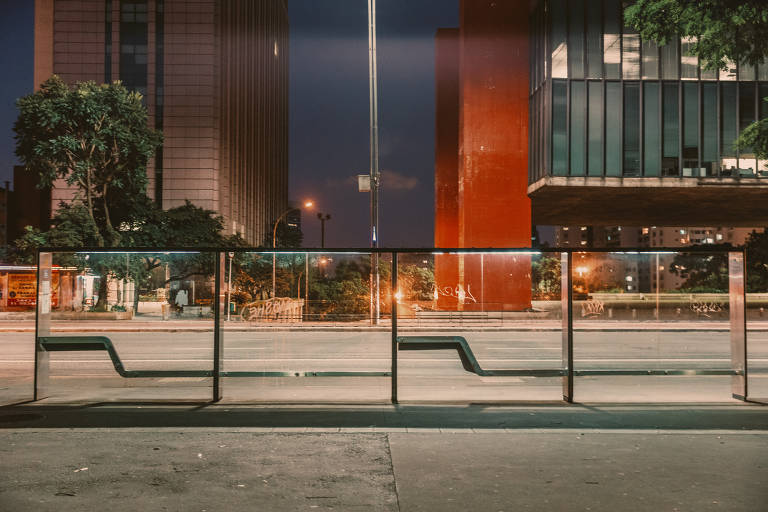 Ponto de ônibus em frente ao Masp, na deserta avenida Paulista, em São Paulo