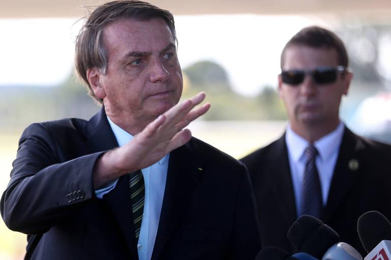 O presidente Jair Bolsonaro cumprimenta apoiadores e fala com a imprensa ao sair do Palácio da Alvorada