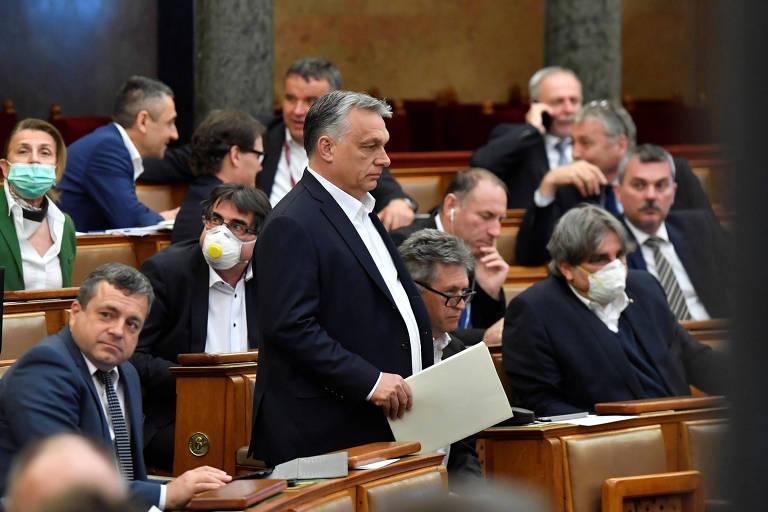 O premiê húngaro, Viktor Orbán, na sessão da Assembleia Nacional que lhe deu superpoderes