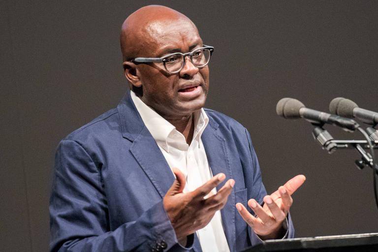 O filósofo camaronês Achille Mbembe durante palestra em Hamburgo, na Alemanha