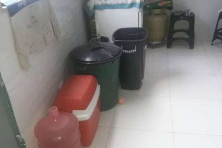 Angélica Coutinho acumula na cozinha água que buscou na casa de vizinhos; o abastecimento no Complexo do Alemão é inconstante
