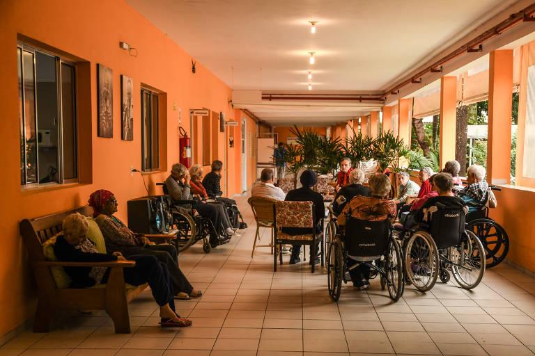 Pandemia de coronavírus suspende visitas nos asilos
