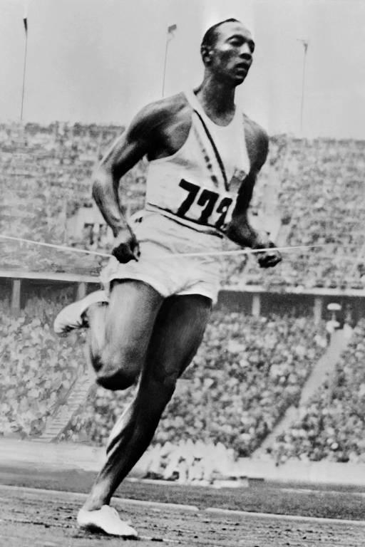 Jesse Owens passa pela linha de chegada nos 200 m, nos Jogos de Berlim