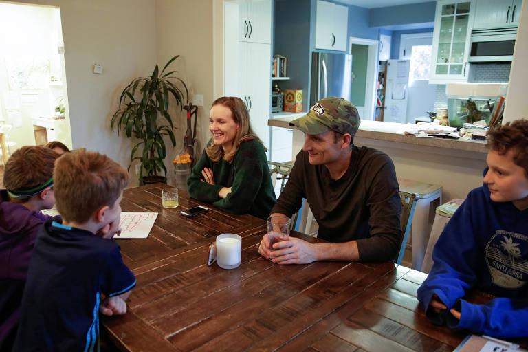 Helen and Tyler McClenahan conversam com os filhos Oakes, 7, Max, 10, Isla, 5, and Cade, 11, em Seattle (EUA) durante o confinamento