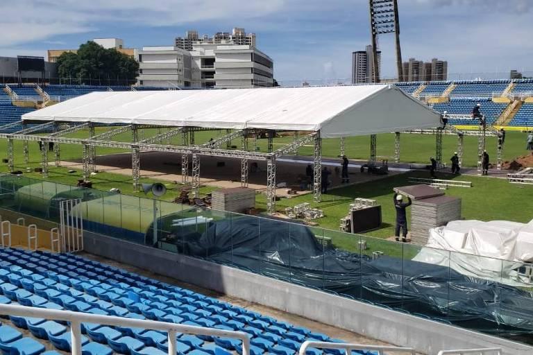 Hospital de campanha sendo construído no estádio Presidente Vargas, em Fortaleza, para atender vítimas da pandemia de coronavírus