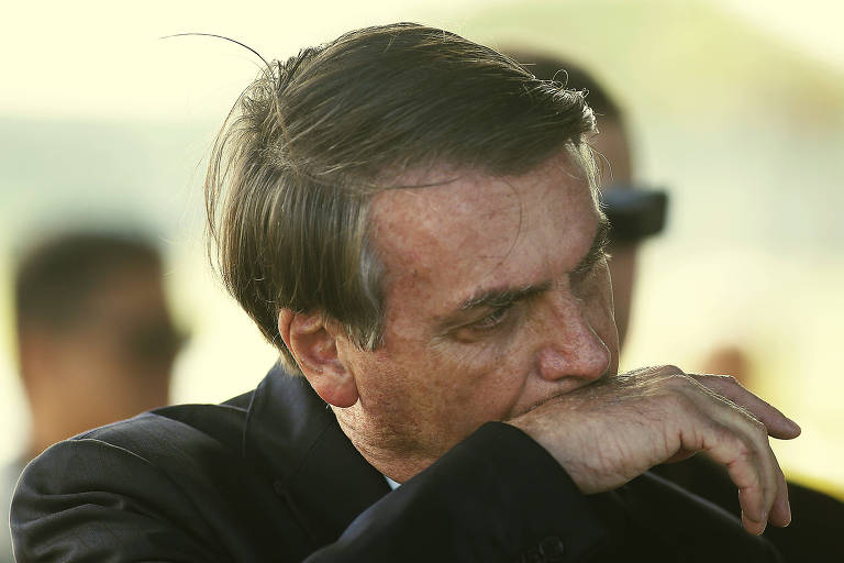 O presidente Jair Bolsonaro conversa com jornalistas na saída do Alvorada, na segunda