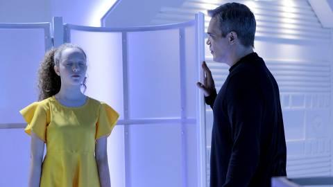 Pendleton decide apagar a memória de Ester nas últimas 24hrs para que a menina se esqueça da conversa com Sophie