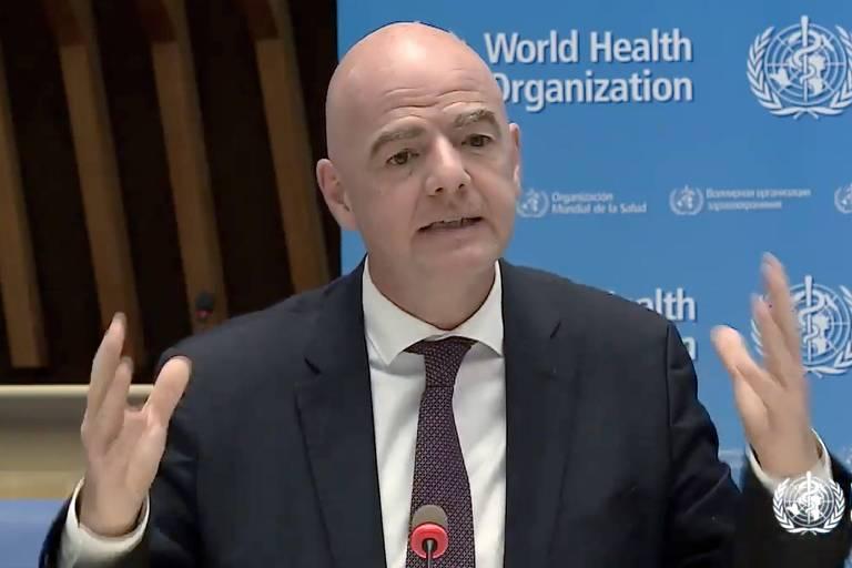 O italiano Gianni Infantino, presidente da Fifa, discursa durante evento conjunto com a OMS (Organização Mundial da Saúde) sobre medidas para o combate ao coronavírus