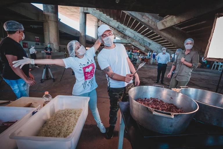 Fernando e Maiara cozinham para médicos, enfermeiros e famílias de baixa renda em Goiânia