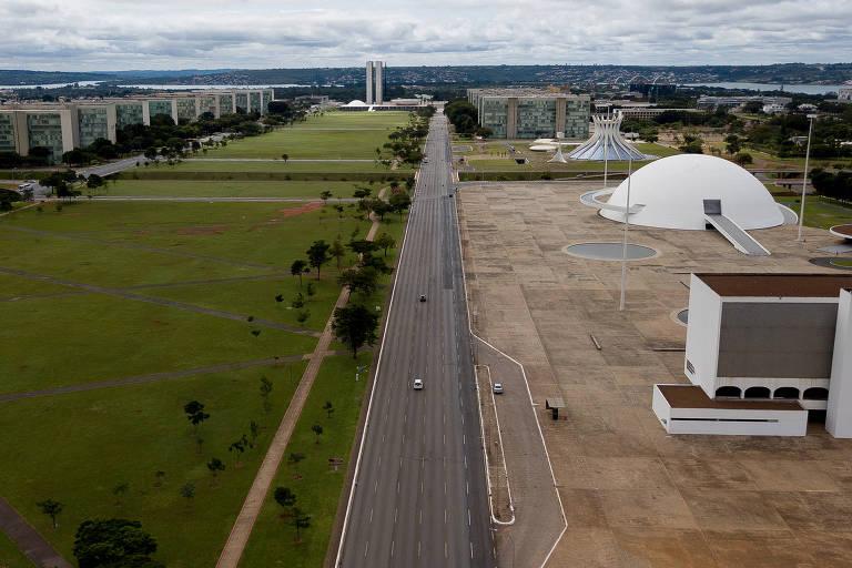 Ruas de Brasília com movimento muito abaixo do normal por conta do isolamento pra conter a epidemia de Coronavírus