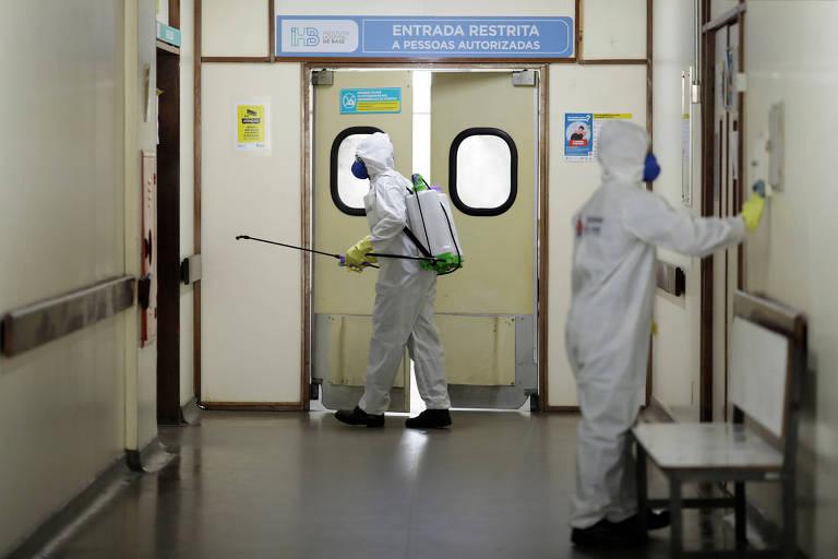 Hospital em Brasília é desinfectado em meio à pandemia de coronavírus