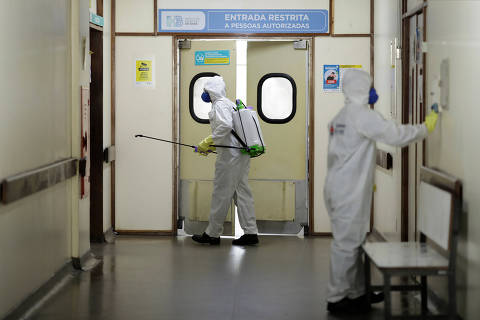 Members of the armed forces disinfect in a hospital during the coronavirus disease (COVID-19) outbreak in Brasilia, Brazil, March 31, 2020. REUTERS/Ueslei Marcelino ORG XMIT: GGG-UMS009