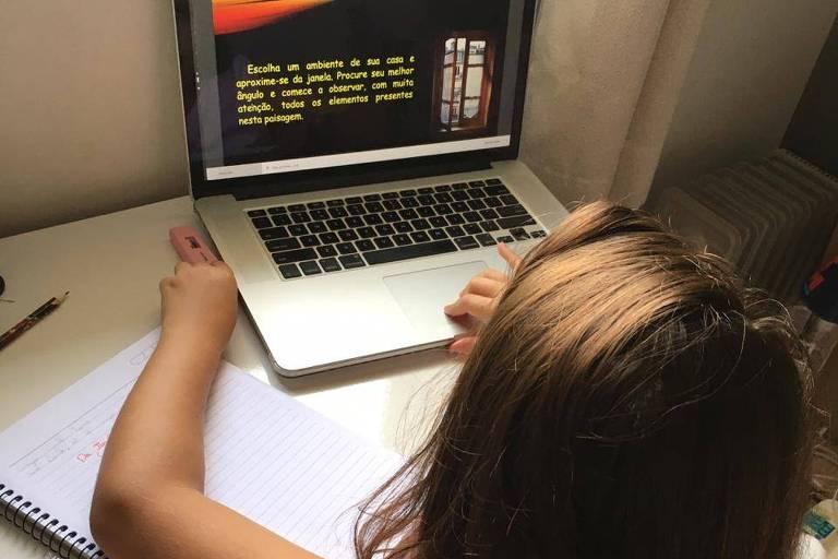 Menina em frente ao computador