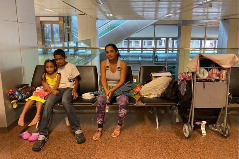 Josmar Esparragoza com os filhos, Samantha, de cinco anos, e Vladimir, de 14, no aeroporto de Guarulhos