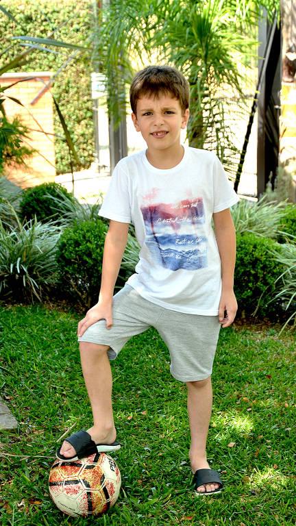 Mateus está em um quinta com uma bola de futebol no pé