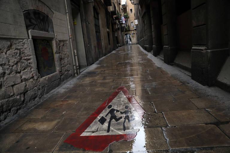 Rua vazia em Barcelona nesta terça (31); toda a Espanha está em confinamento