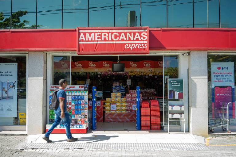 Pedestre passa em frente a fachada de loja da Americanas