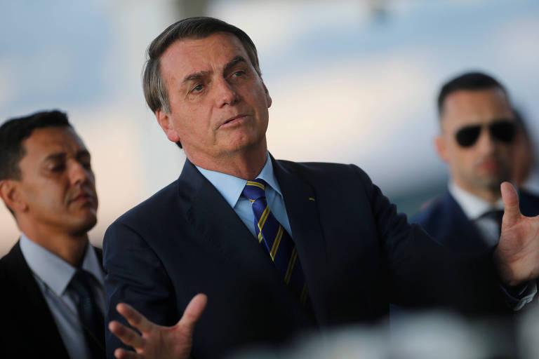 O presidente Jair Bolsonaro conversa com jornalistas em frente ao Palácio da Alvorada
