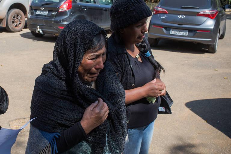Alícia Choque Salinas e a filha Marisol chegam para o enterro do filho de Alícia, Franz, morto com suspeita de coronavírus