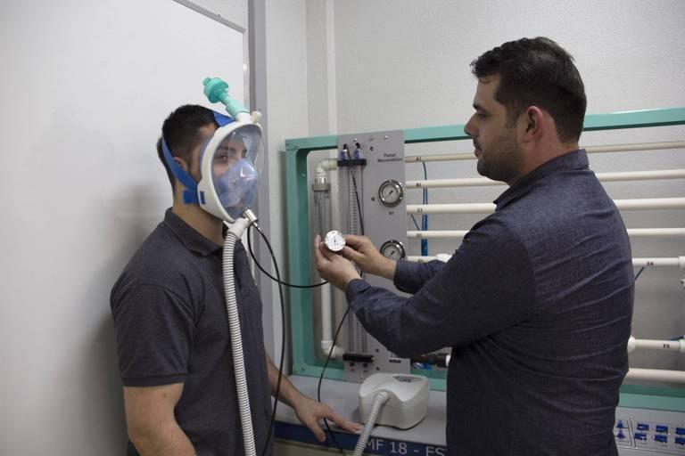 Teste com máscara de mergulho adaptada para ser usada em respiradores artificiais