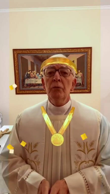 O padre Luiz Cesar Moraes, de Itajubá (MG), foi fazer uma bênção online e acabou acionando alguns filtros sem perceber