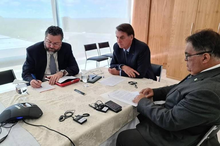 Flávio Rocha acompanha Ernesto Araújo e Jair Bolsonaro durante telefonema a Donald Trump, no ano passado