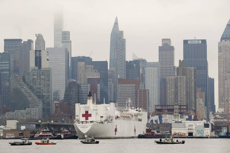 O navio-hospital da Marinha americana USNS Comfort, que atracou em Manhattan na segunda-feira (29)