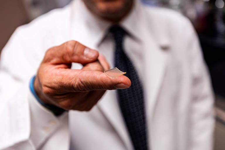 A vacina é entregue na pele através de um adesivo de agulhas microscópicas menor que a ponta de um dedo