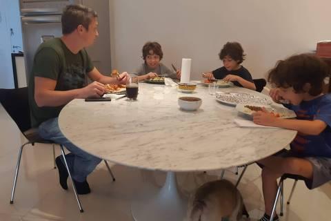 Pai almoçando com os filhos durante a quarentena