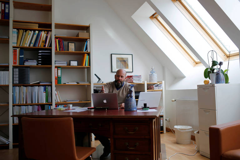 O psicólogo Wolfgang Neuwirth atende pacientes online em Viena, na Áustria