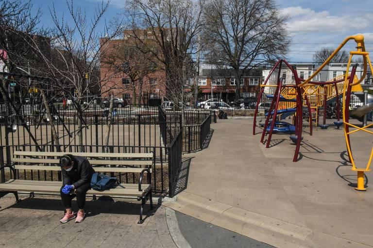 Parquinho vazio no bairro de East Elmhurst, em Nova York; EUA têm disparada de casos de coronavírus