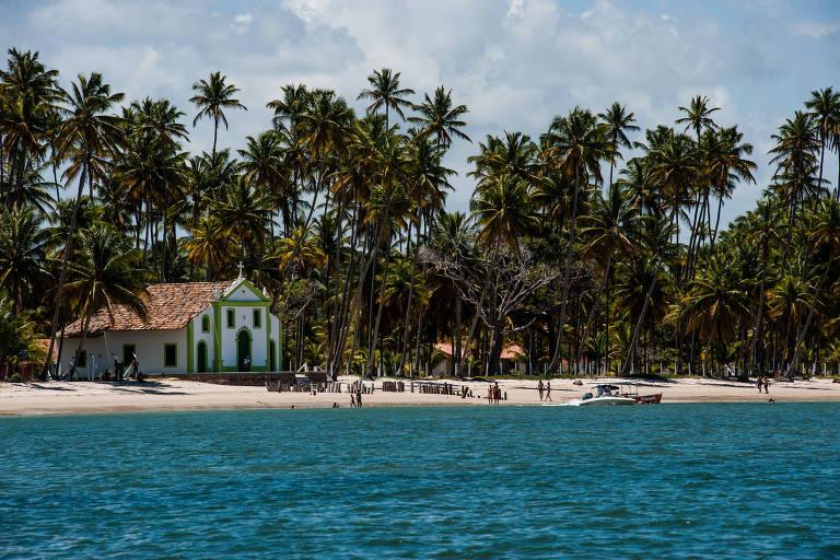 A igrejinha de São Benedito e a praia de Carneiros, em Pernambuco