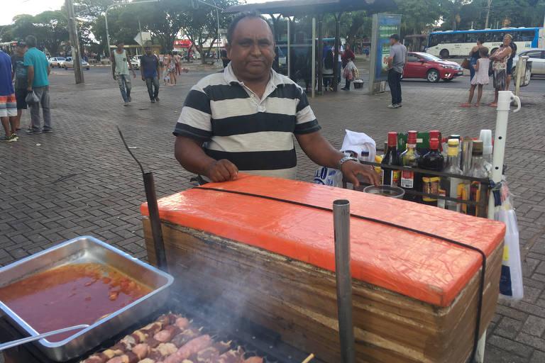 Edvaldo Almeida dos Santos, que vende churrasquinho em feira do centro de Ceilândia; ele conversou com Jair Bolsonaro diurante passeio do presidente no domingo (29)