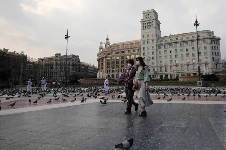 Mulheres usando m�scaras de prote��o na Pra�a de Catalunya, em Barcelona