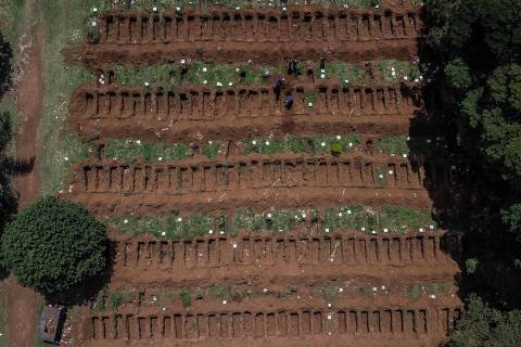 Aerial view of the Vila Formosa cemetery in outskirts of Sao Paulo, Brazil on March 31, 2020. - Vila Formosa cemetery, the largest in Latin America with an area of 780 thousand square meters and where more than 1.5 million people were buried, had a 30% increase in the number of burials after the beginning of the COVID-19 pandemic. (Photo by NELSON ALMEIDA / AFP) ORG XMIT: NAL008