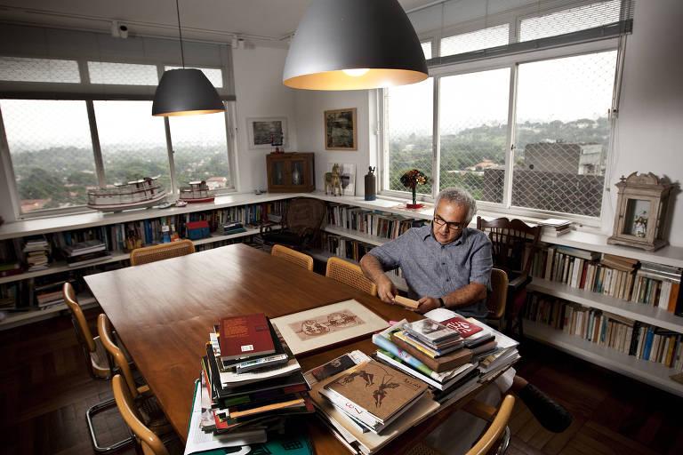 hatoum confinado em casa em meio a pilhas de livros